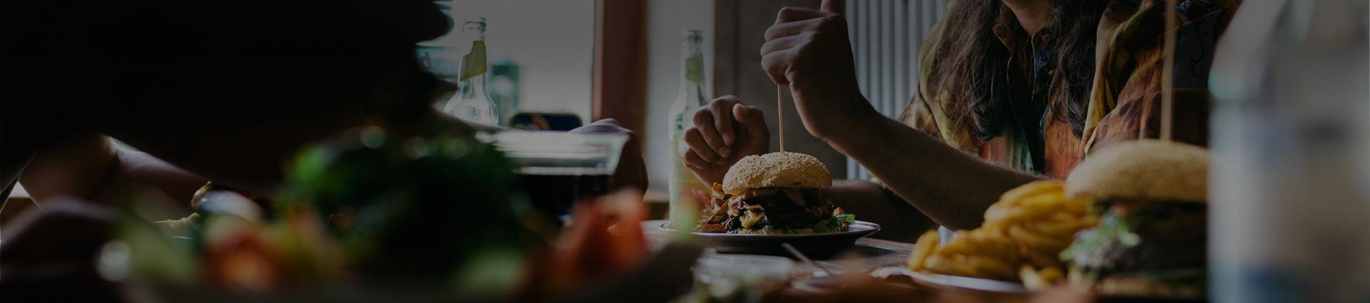 goście restauracji przy stole